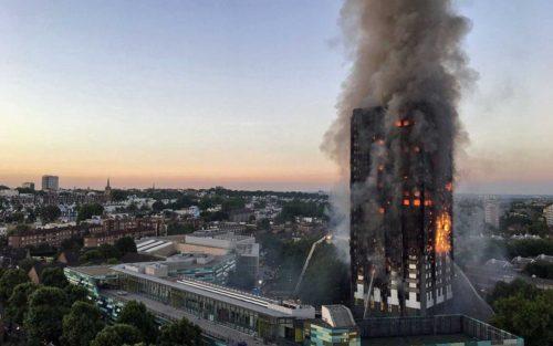 Incêndio atinge prédio e deixa 12 mortos em Londres