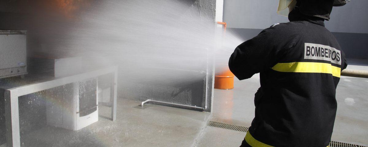 bombeiro civil apagando fogo